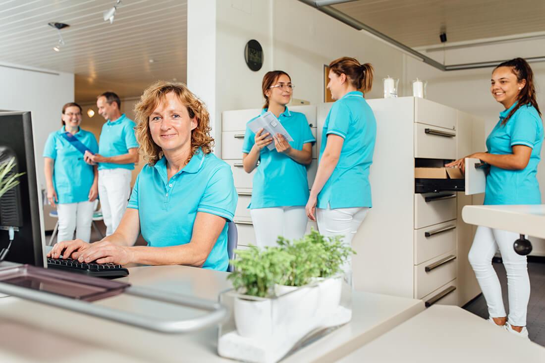 Zahnarzt Leipheim - Manuel Braun - das Team am Empfang unserer Praxis
